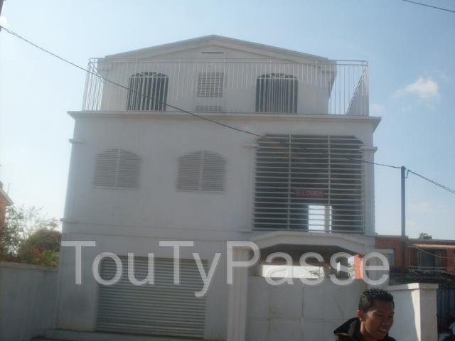 photo de MAISON A ETAGE A USAGE MIXTE A LOUER A AMBOHIDROA