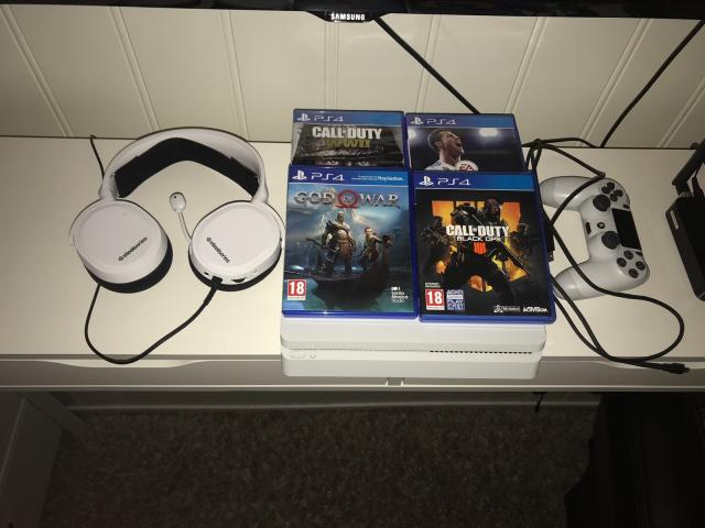 photo de Playstation 4 slim  1 To   avec  4 Jeux