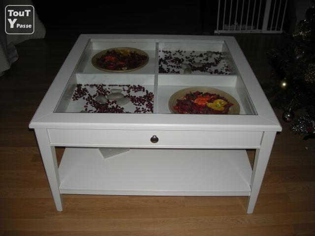 Console ikea rouge interessante ideen f r for Table basse vitrine