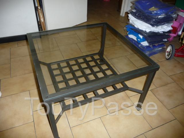 Table basse carr e en fer forg avec plateau en verre le for Table basse fer forge et verre