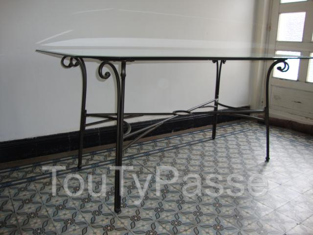 Table en fer forg avec un plateau en verre vitry en for Table fer forge plateau verre