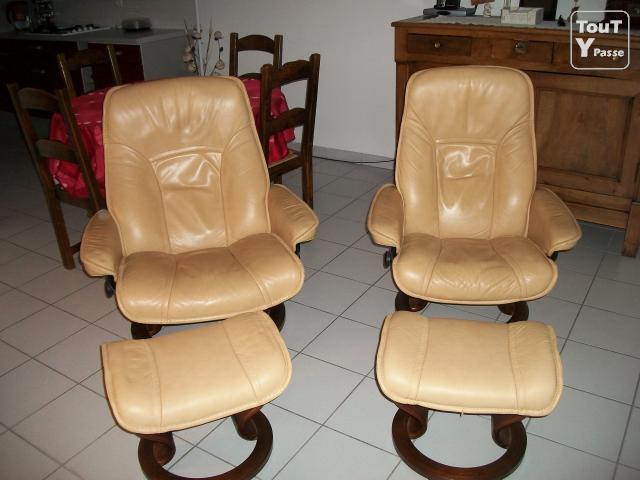 vends 2 fauteuils stressless 2 poufs chamb ry 73000. Black Bedroom Furniture Sets. Home Design Ideas