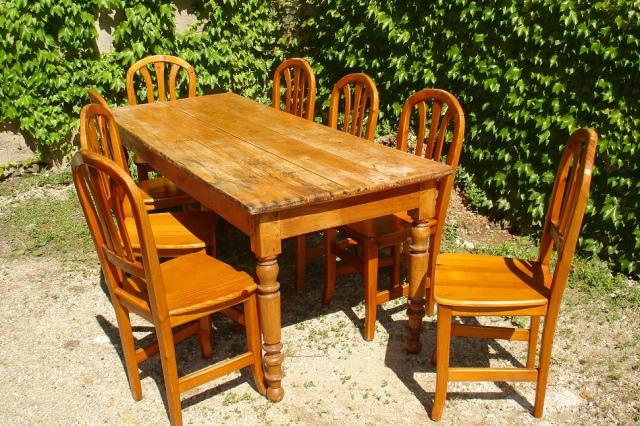 Chaise En Bois Ancienne : Photo Ancienne table de brasserie & chaises en bois image 2/4