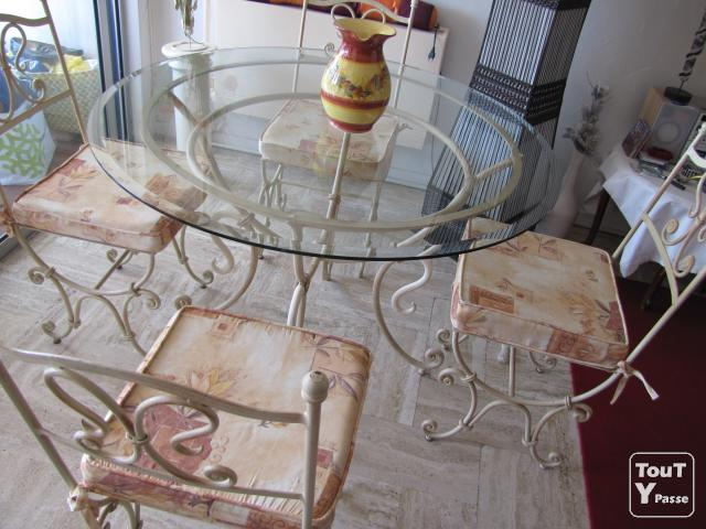 Table ronde 1m30 en fer forg creme et plateau de verre for Table ronde verre fer forge