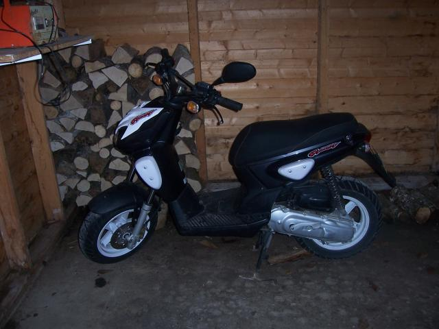 vends scoot mbk stunt bicolor ann e 2004 4000 km r vis e facture l 39 appuie caus pontarlier 25300. Black Bedroom Furniture Sets. Home Design Ideas