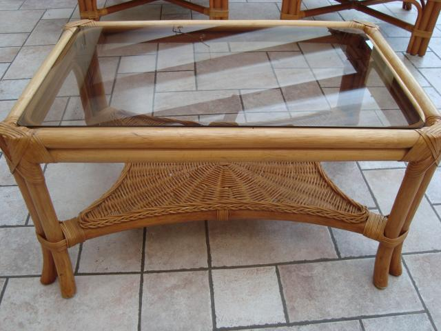 Salon en rotin table basse en rotin verre li ge for Table basse en rotin